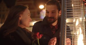 有吸引力的白种人夫妇在一个日期在一个城市在晚上 免版税库存图片