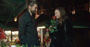 有吸引力的白种人夫妇在一个日期在一个城市在晚上 免版税库存照片