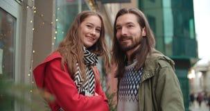 有吸引力的白种人夫妇在一个日期在城市 库存照片