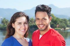 有吸引力的白种人夫妇在看照相机的假期 免版税图库摄影