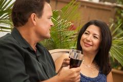 有吸引力的白种人夫妇饮用的讲西班&# 免版税库存图片