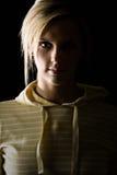 有吸引力的白肤金发的女孩一半点燃&# 免版税库存照片