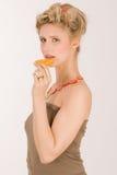 有吸引力的白肤金发的猕猴桃草莓妇& 免版税库存照片