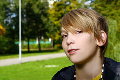 有吸引力的白肤金发的男孩公园 免版税库存图片