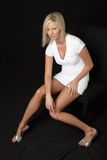 有吸引力的白肤金发的白色服装 库存照片