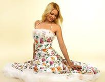 有吸引力的礼服夜间纵向妇女年轻人 免版税库存图片