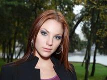 有吸引力的秋天留下妇女年轻人 免版税图库摄影