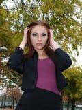 有吸引力的秋天留下妇女年轻人 免版税库存照片