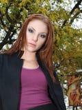 有吸引力的秋天留下妇女年轻人 库存照片