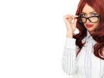 年轻有吸引力的红发女商人佩带的玻璃 免版税图库摄影