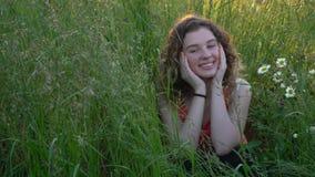 有吸引力的纵向微笑的妇女年轻人 股票录像