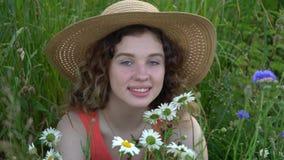 有吸引力的纵向微笑的妇女年轻人 影视素材