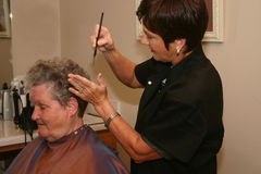 有吸引力的美发师工作 图库摄影