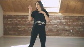 有吸引力的美好的运动女孩跳舞时髦和跳跃的中间射击 股票录像