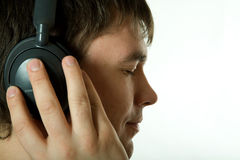 有吸引力的耳机听的人音乐 免版税图库摄影