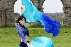 有吸引力的肚皮舞舞蹈演员舞蹈穿戴东部女孩桔子 免版税库存照片