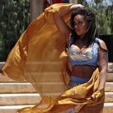 有吸引力的肚皮舞舞蹈演员舞蹈穿戴东部女孩桔子 免版税库存图片