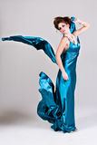 有吸引力的蓝色礼服缎佩带的妇女年&# 免版税库存图片