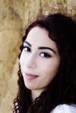有吸引力的西班牙妇女室外画象柔和的微笑 库存照片