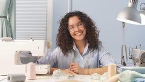 有吸引力的设计师女孩微笑和看看照相机 股票录像