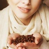 有吸引力的豆咖啡深度域重点藏品查出浅白人妇女 免版税库存图片