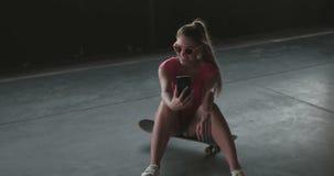 有吸引力的采取selfie的冰鞋少妇 股票录像