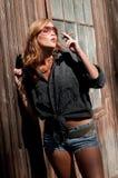 有吸引力的雪茄抽烟的妇女 免版税库存照片