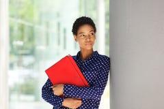 有吸引力的非裔美国人的女商人常设外部 库存图片