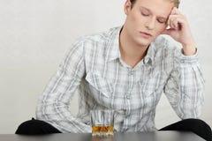 有吸引力的饮用的人威士忌酒年轻人 免版税库存照片