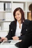 有吸引力的年轻亚洲女实业家工作 免版税库存照片