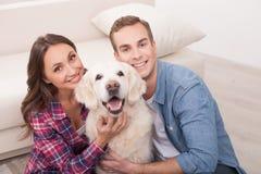 有吸引力的年轻人与逗人喜爱的宠物的已婚夫妇 库存图片