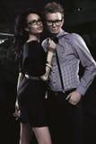 有吸引力的年轻夫妇佩带的玻璃 库存图片
