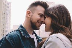 有吸引力的年轻夫妇在一个日期在公园 免版税库存图片