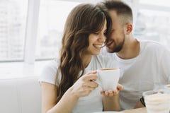 有吸引力的年轻夫妇在咖啡馆的一个日期 免版税库存图片