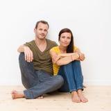 有吸引力的年轻夫妇坐地板 免版税库存图片