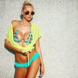 有吸引力的年轻时尚妇女模型在夏天给摆在ou穿衣 库存照片