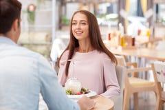 有吸引力的年轻爱恋的夫妇在咖啡馆约会 免版税图库摄影