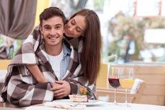 有吸引力的年轻爱恋的夫妇在咖啡馆约会 免版税库存照片