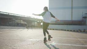有吸引力美好少妇骑马滑旱冰和跳舞在街道 都市的背景 影视素材