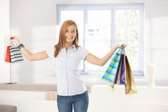有吸引力袋子女孩藏品购物微笑 库存照片