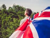 有吸引力,挥动英国旗子的年轻人 免版税库存照片