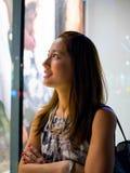 有吸引力,时髦,时兴的年轻亚洲妇女窗口购物 免版税图库摄影