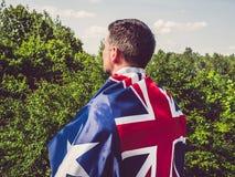 有吸引力,澳大利亚的年轻人挥动的旗子 库存图片