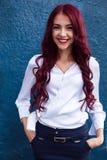 有吸引力,美丽,可爱,震惊,俏丽,好,微笑,有美好的白色完善的健康微笑的愉快的红发女孩 图库摄影