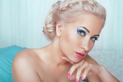 有吸引力年轻白肤金发妇女看 构成&修指甲 beauvoir 免版税库存照片