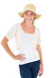 有吸引力年轻白肤金发微笑对在sunhat的照相机 库存照片