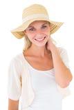 有吸引力年轻白肤金发微笑对在sunhat的照相机 库存图片