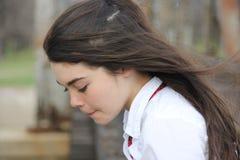 有吹在风的头发的女孩 免版税库存照片