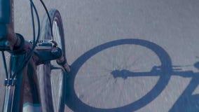有吹在风的黑发的后面看法妇女骑沿一条美丽的自行车车道的一辆自行车在布鲁克林大桥, NYC 股票视频
