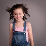 有吹在风的头发的愉快的女孩 免版税库存图片